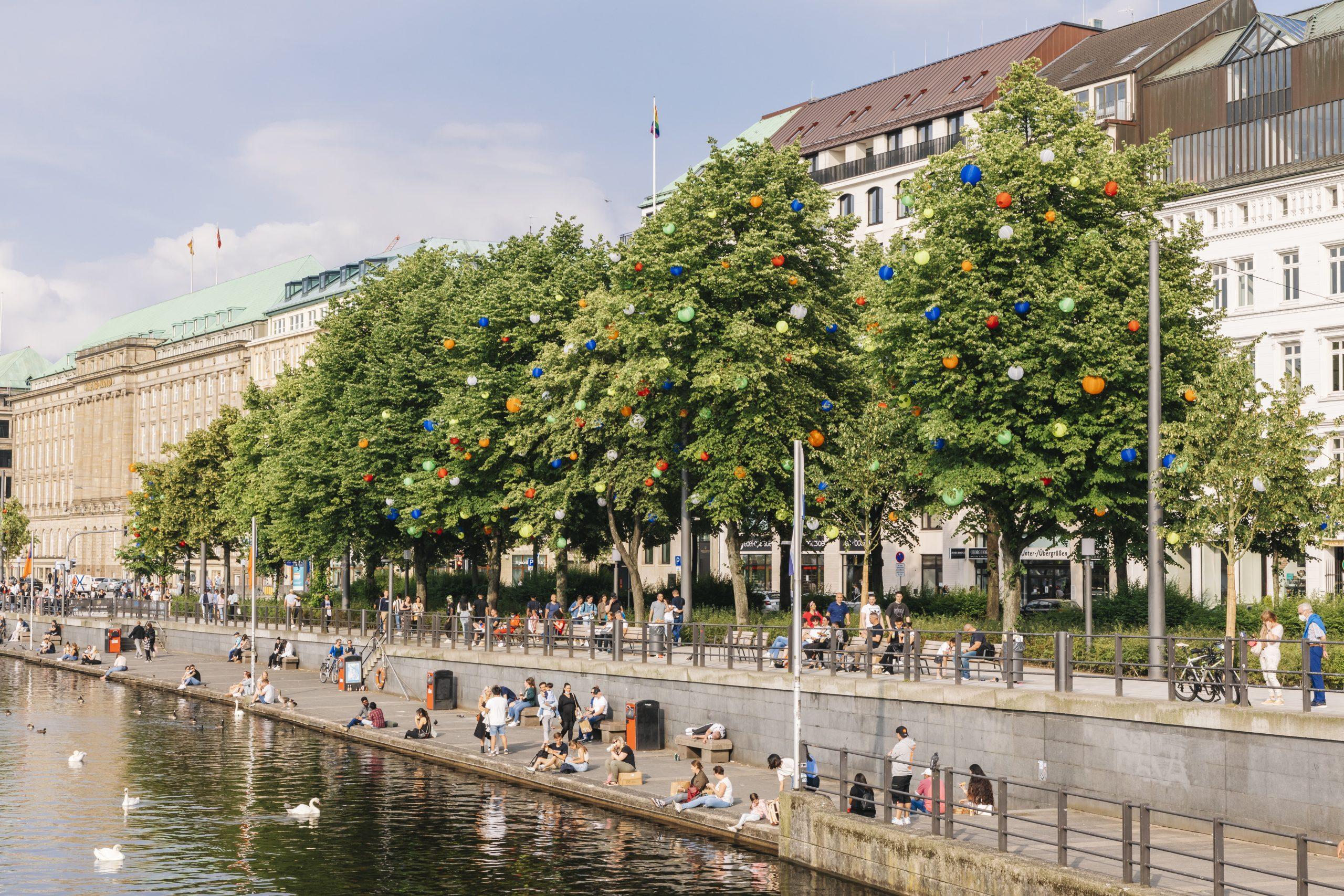 Bunte Lampions an der Elbe